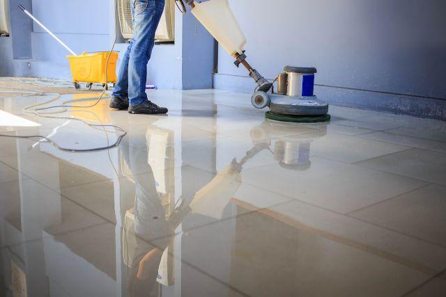 床を清掃している